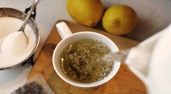 kuchnia i kubek napełniany gorącą wodą z czajnika