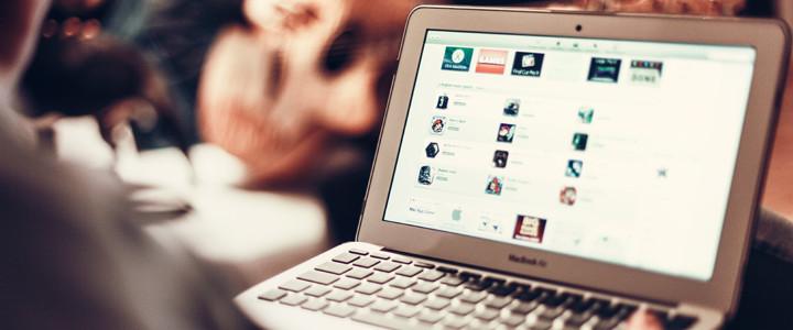 komputer prezentujący stronę internetową