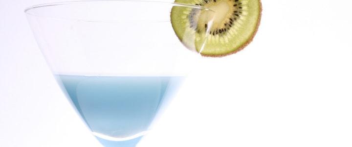woda w kieliszku na białym tle z kiwi