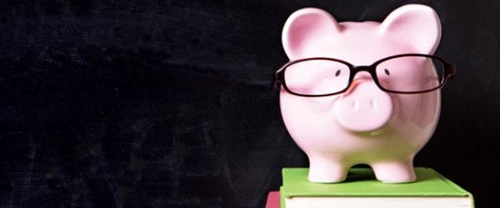 skarbonka w okularach na książkach